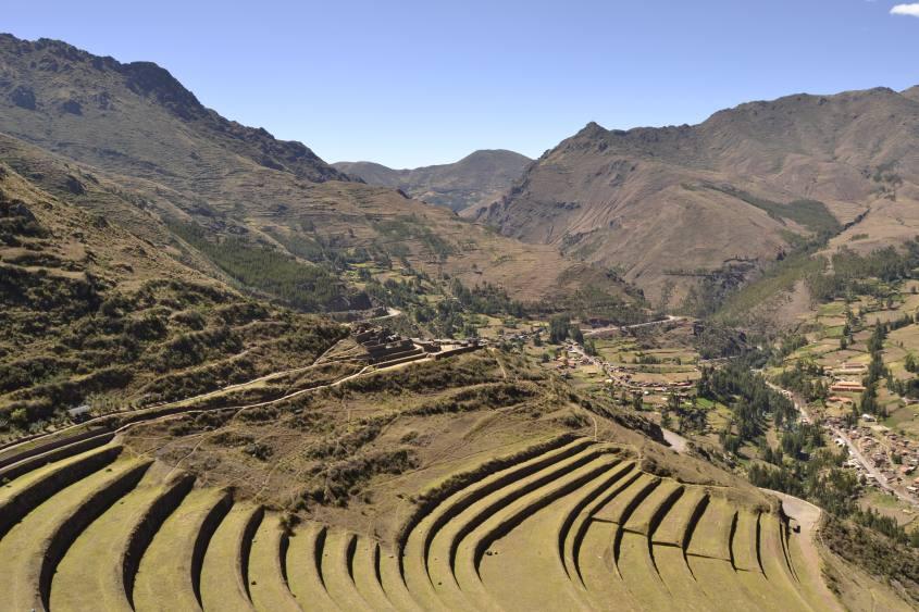 """Vista di Pisaq e dei suoi terrazzamenti dal """"Settore Q'allaqasa"""""""