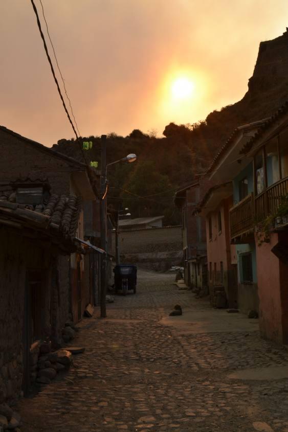 Tramonto nei vicoli di Chinchero durante il tour al Valle Sagrado