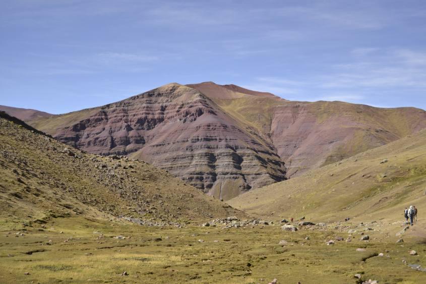 Montagne colorate durante il trekking alla montagna Vinicunca in Perù