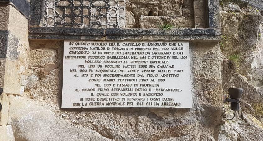 Breve riassunto sulla storia della Rocchetta Mattei su di un marmo al suo esterno