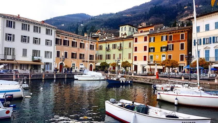 Vista del Lago di Garda dal porto di Gargnano