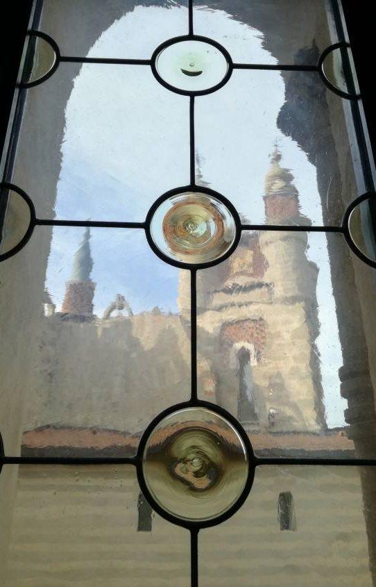 Castello Rocchetta Mattei visto dal vetro di una finestra dal suo interno