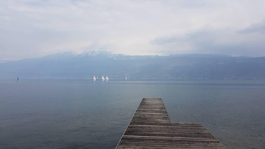 Lago di Garda visto dal pontile di Gargnano