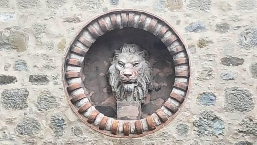 Statua in rilievo del leone all'ingresso della Rocchetta Mattei