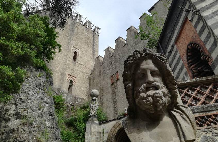 Statua di Zeus e dell'arpia all'ingresso del castello Rocchetta Mattei
