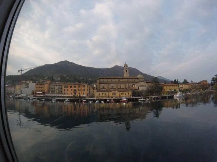 Vista del lago di Garda dal traghetto da Gargnano a San Felice