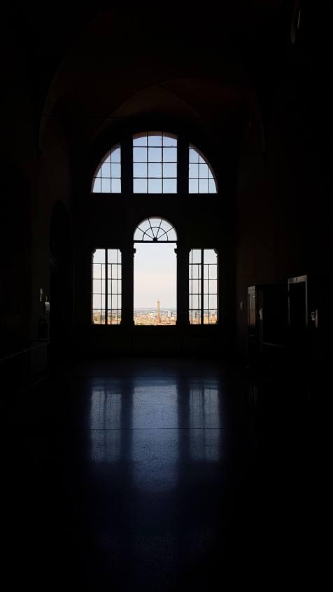 Effetto cannocchiale sulla Torre degli Asinelli dal corridoio dello Ospedale Rizzoli di Bologna
