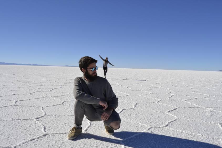 Foto tipica al deserto di sale del Salar di Uyuni con finta prospettiva