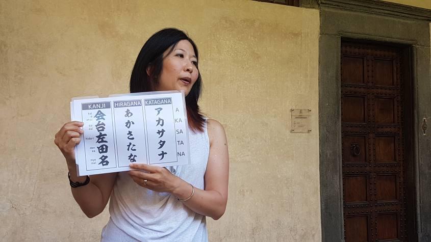 Lezione sulla lingua giapponese durante il Migrantour di Firenze