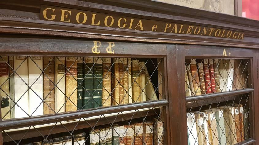 Libreria con volumi antichi nella Stabat Mater di Bologna dentro il Palazzo dell'Archiginnasio