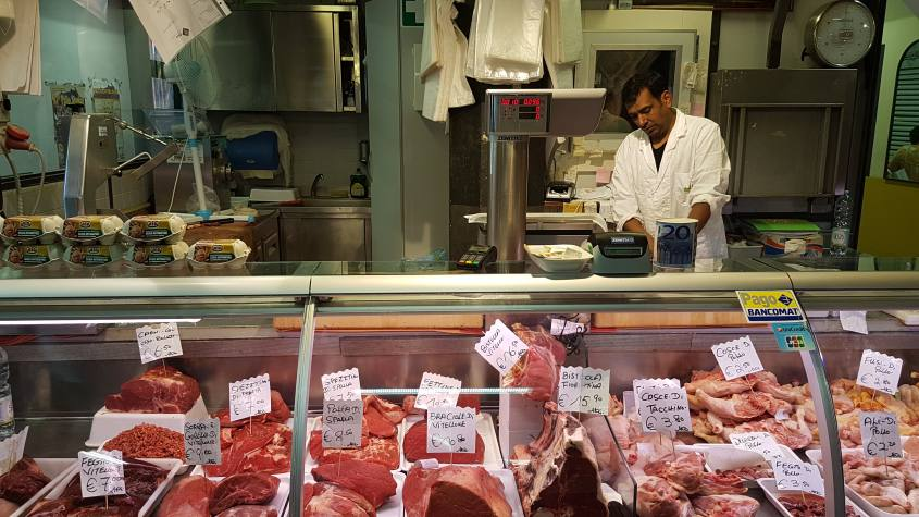 Macelleria Halal all'interno del mercato di San Lorenzo
