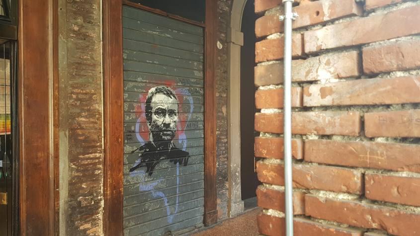 Murales su saracinesca di Lucio Dalla a Bologna