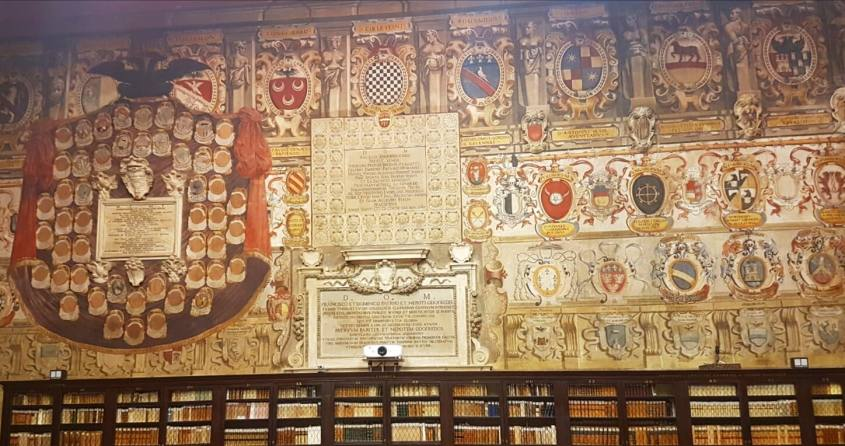 Parete con stemmi della Stabat Mater di Bologna dentro il Palazzo dell'Archiginnasio