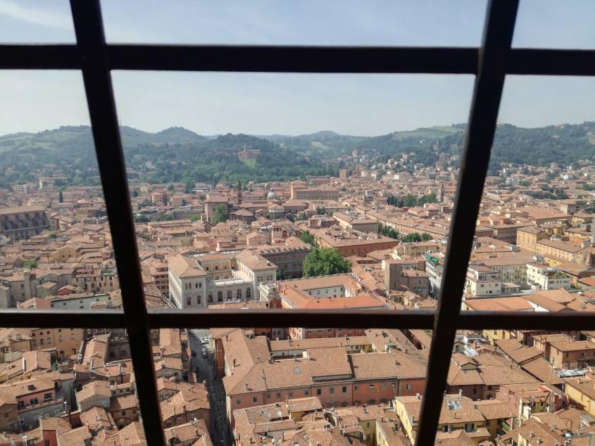"""Vista su Bologna """"La Rossa"""" dalla grata della cima di Torre degli Asinelli"""