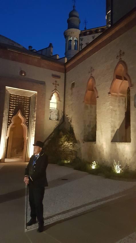 Cortile interno della Rocchetta Mattei con il sosia del Conte Cesare Mattei
