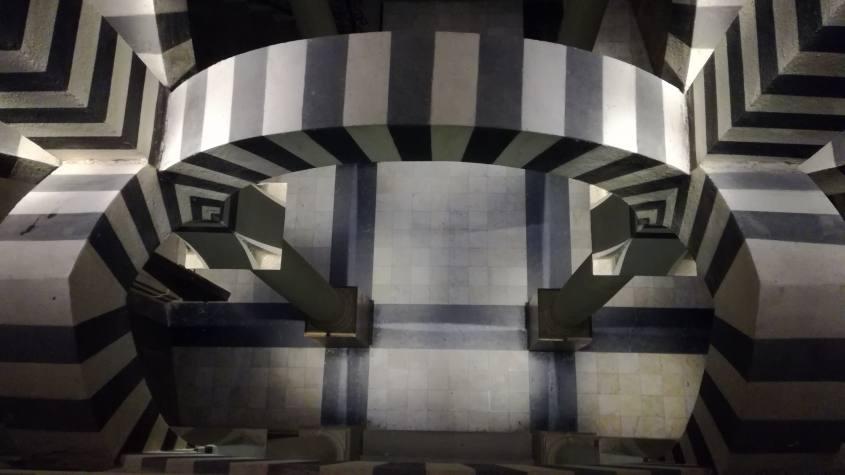 Dettaglio archi e volte all'interno della stanza della Cappella alla Rocchetta Mattei tipo Escher