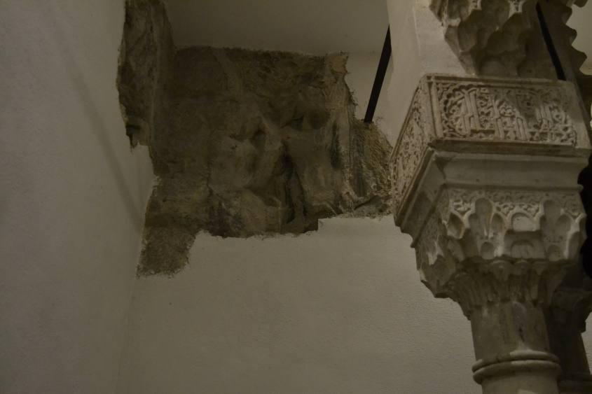 Dettaglio di un pilastro e di una parte di parete rocciosa della Rocchetta Mattei