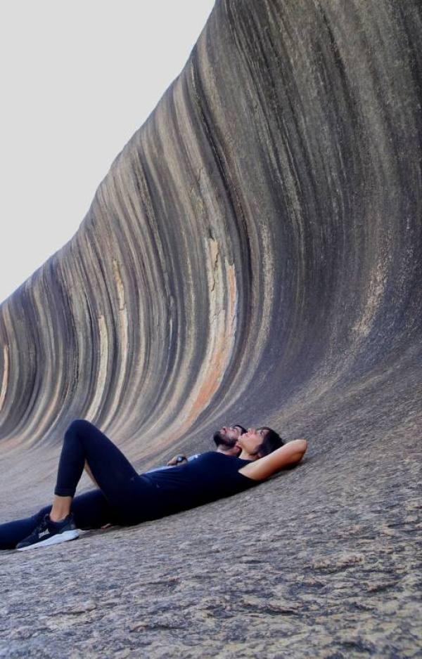 Autoscatto sdraiati guardando Wave Rock
