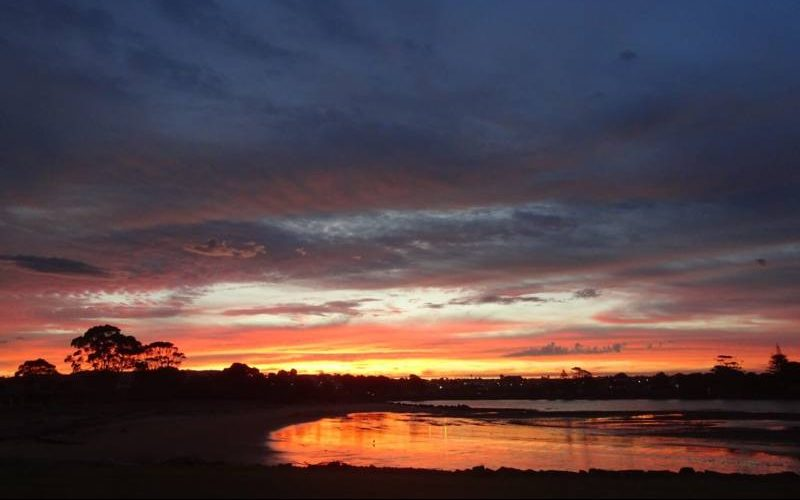 Bellissimo tramonto sull'oceano durante una notte in campeggio