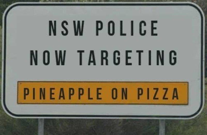 Cartello di polizia per il controllo di ananas sulla pizza