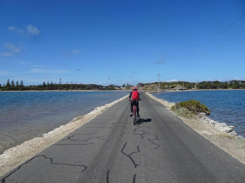 Pedalando sulla lingua d'asfalto di Digby Drive di Rottnest Island
