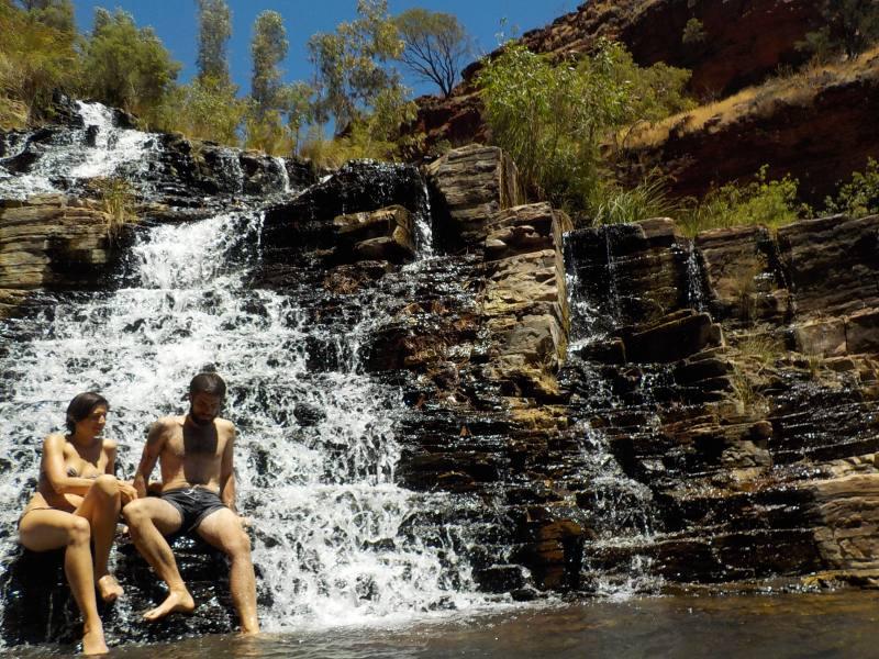 Bagno nella Pùpiscina naturale con cascate Fortescue Falls all'interno del Parco di Karijini