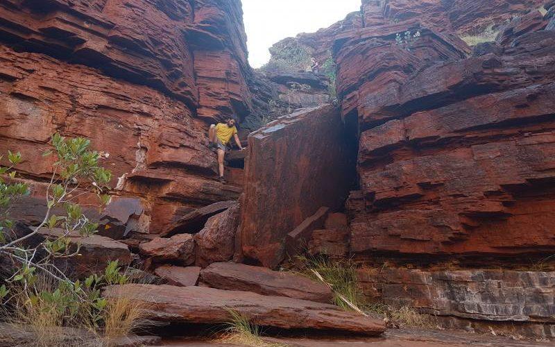 Facile arrampicata dentro il percorso di trekking delle Joffre Falls nel Parco di Karijini