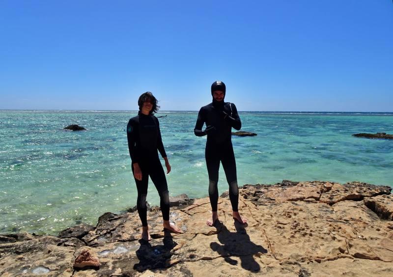 Snorkeling con muta alla barriera corallina di Oyster Stacks nel Parco Nazionale Cape Renge in Western Australia