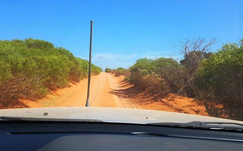 Strada sabbiosa all'interno del Parco Nazionale Francois Peron a Shark Bay in Western Australia