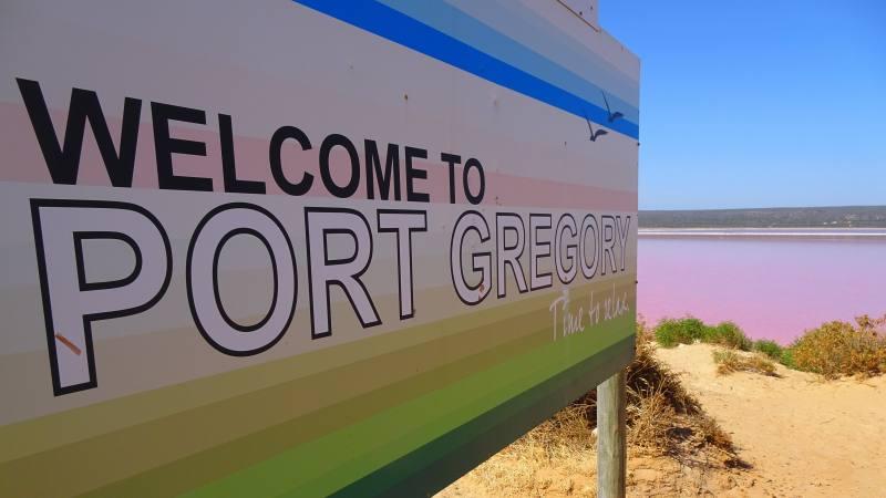 Cartello di benvenuto a Port Gregory, paese del Pink Lake (Hutt Lagoon), il lago rosa del Western Australia