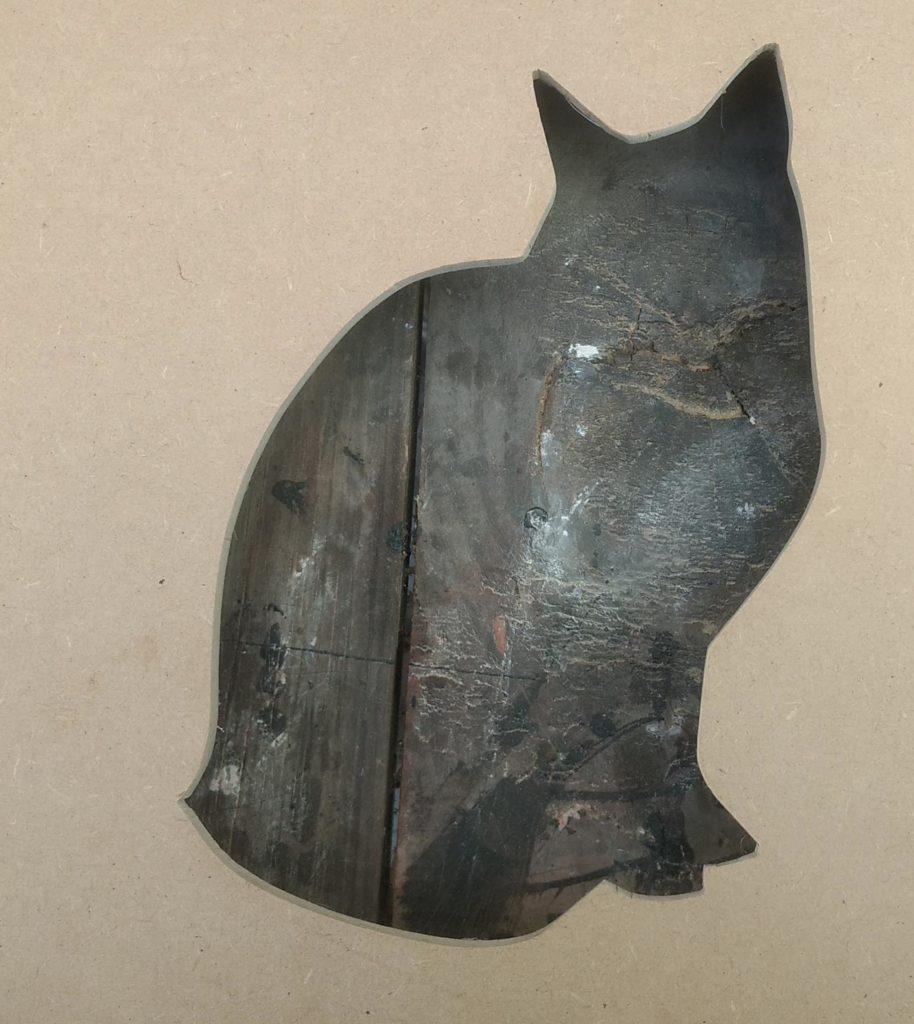 madera con negativo con forma de gato