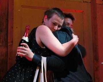 Siegerehrung Anti Slam, die Gewinnerin Barbara Gerlach wird umarmt