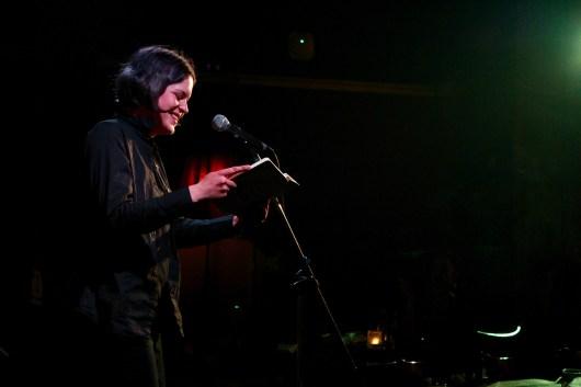 Ann-Sophie Müller liest beim Topical Island Poetry Slam - Thema Drunk Slam am 22. Mai 2018 im Beyerhaus