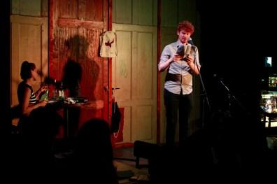 Finalist Nummer 1 ist Erik Leichter beim Topical Island Poetry Slam - Thema Drunk Slam am 22. Mai 2018 im Beyerhaus