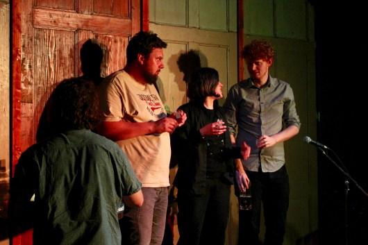 Die Poet_innen kamen beim Schnaps nicht zu kurz - und trinken ihn kurz vor der Applauswertung beim Topical Island Poetry Slam - Thema Drunk Slam am 22. Mai 2018 im Beyerhaus