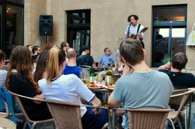 Morty spielt und alle lauschen gebannt beim Fußball Slam Juni 2018 Beyerhaus Leipzig Topical Island Poetry Slam