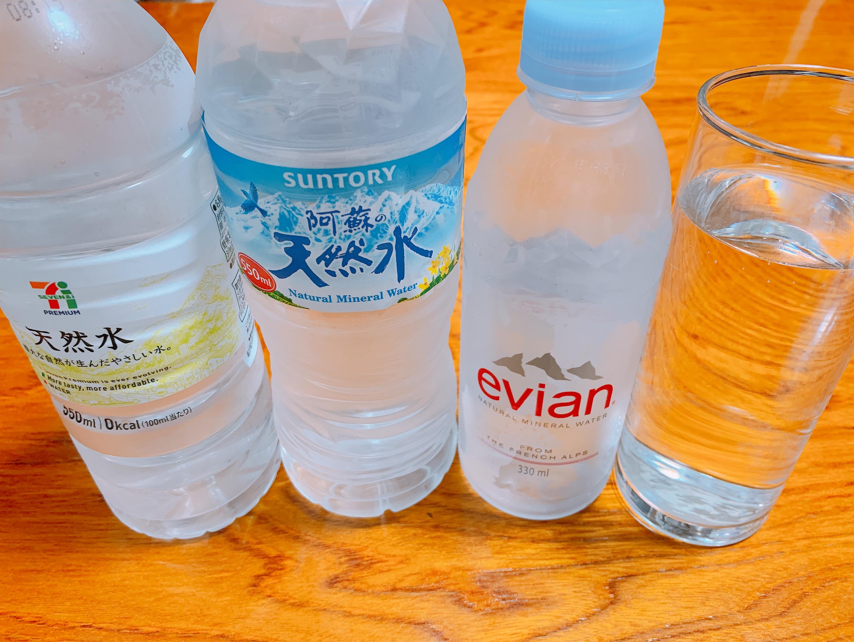 左からセブンイレブンの天然水、サントリーの天然水、Évianのミネラルウォーター、水道水の写真