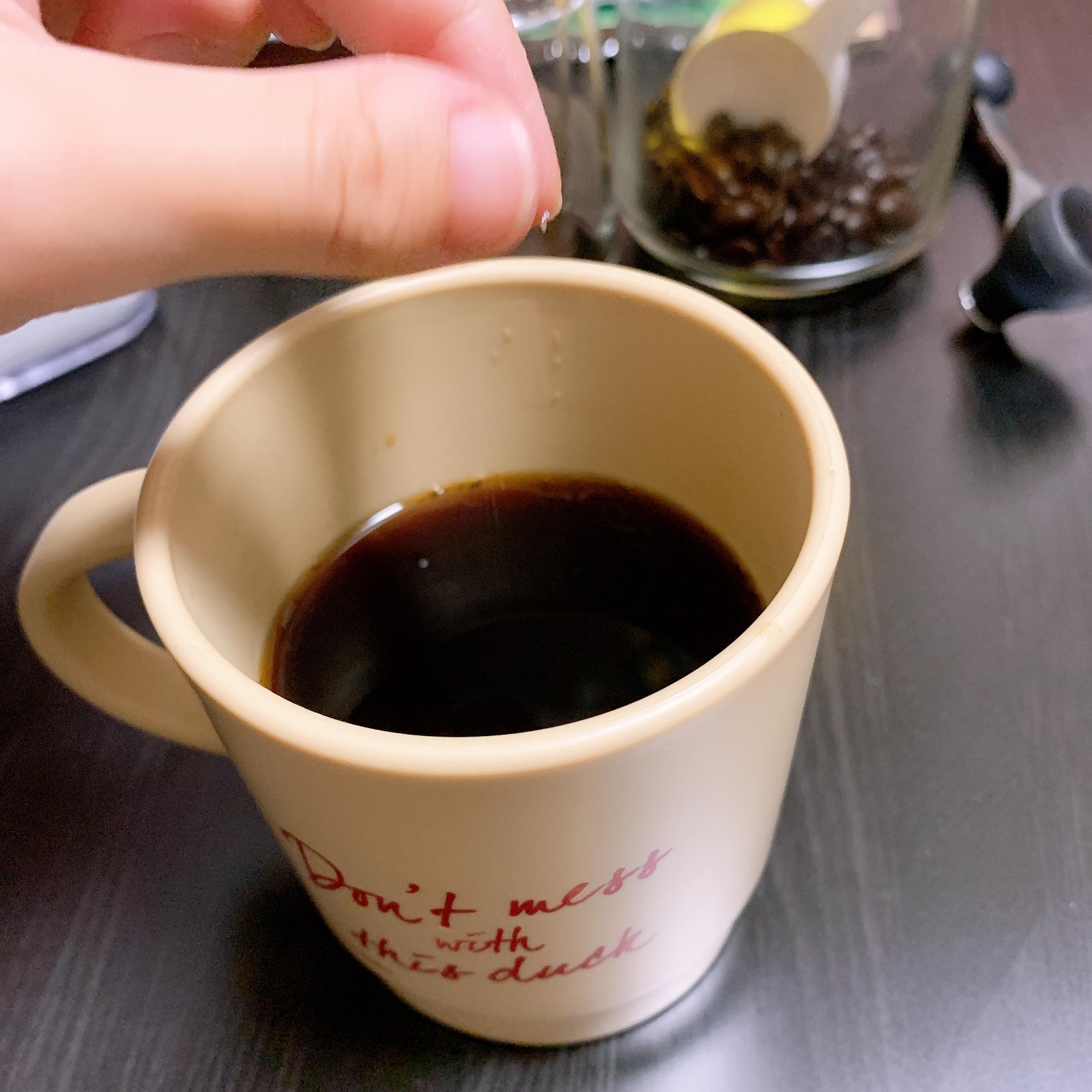 コーヒーに塩を入れる写真