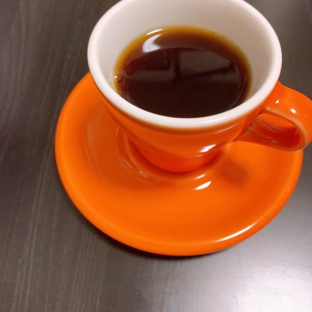 Origami コーヒーカップにグアテマラ アンティグアを淹れている様子。