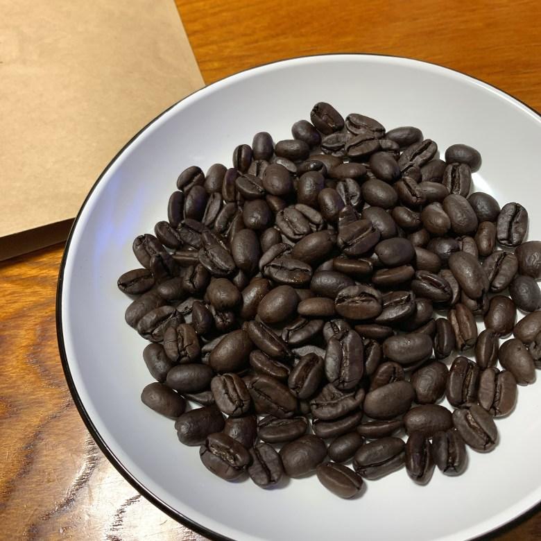 カフェインレス マンデリン 焙煎直後のコーヒー豆の写真