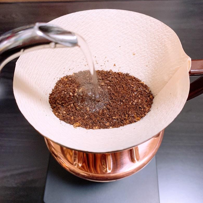 Kalita 銅製 台形ドリッパーにてコーヒーの抽出を行っている様子
