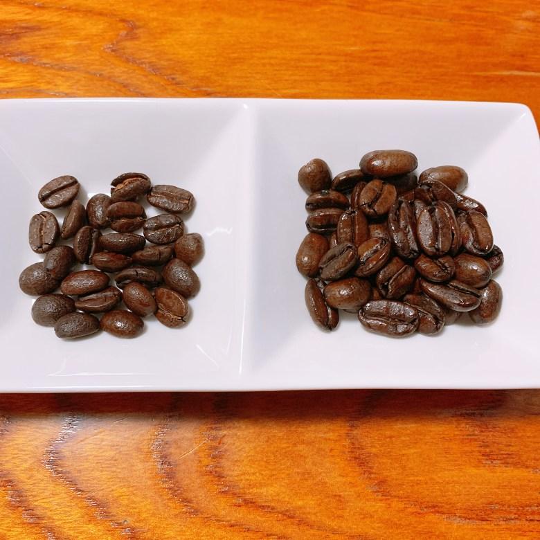 左側が中煎りのコーヒー豆、右側が深煎りのコーヒー豆