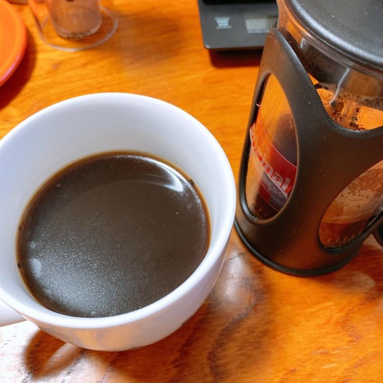 コーヒープレスで抽出したコーヒーの表面を映した写真