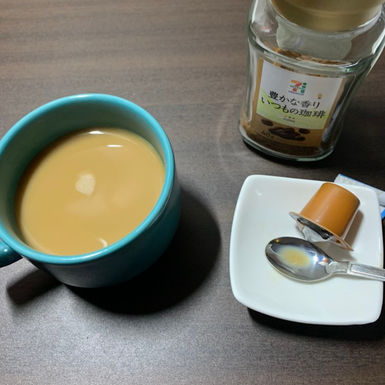 セブンのインスタントコーヒーにコーヒーフレッシュとスティックシュガーを溶かしたもの。