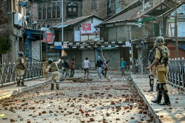 (المحتجون يرمون الحجارة في سريناجار يوم 8 أغسطس - آب)