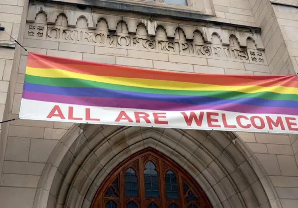 صورة لكنيسة تبارك تزويج مثليي الجنس وترفع علم الشذوذ