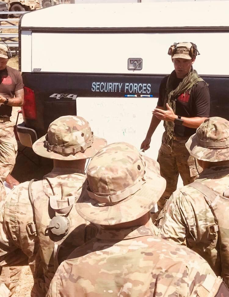 Instructores de francotiradores del ejército ayudan con el curso de tirador designado nuclear avanzado de la fuerza aérea