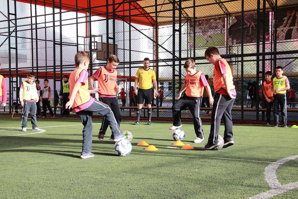 Një stërvitje e paharrueshme futbolli për nxënësit e klasave të 4-ta dhe të 5-ta