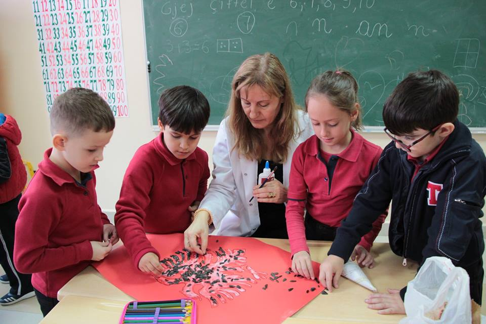 """Nxënësit e klasës së  1F në orën  e veprimtarisë  """"Flamuri ynë kombëtar"""""""