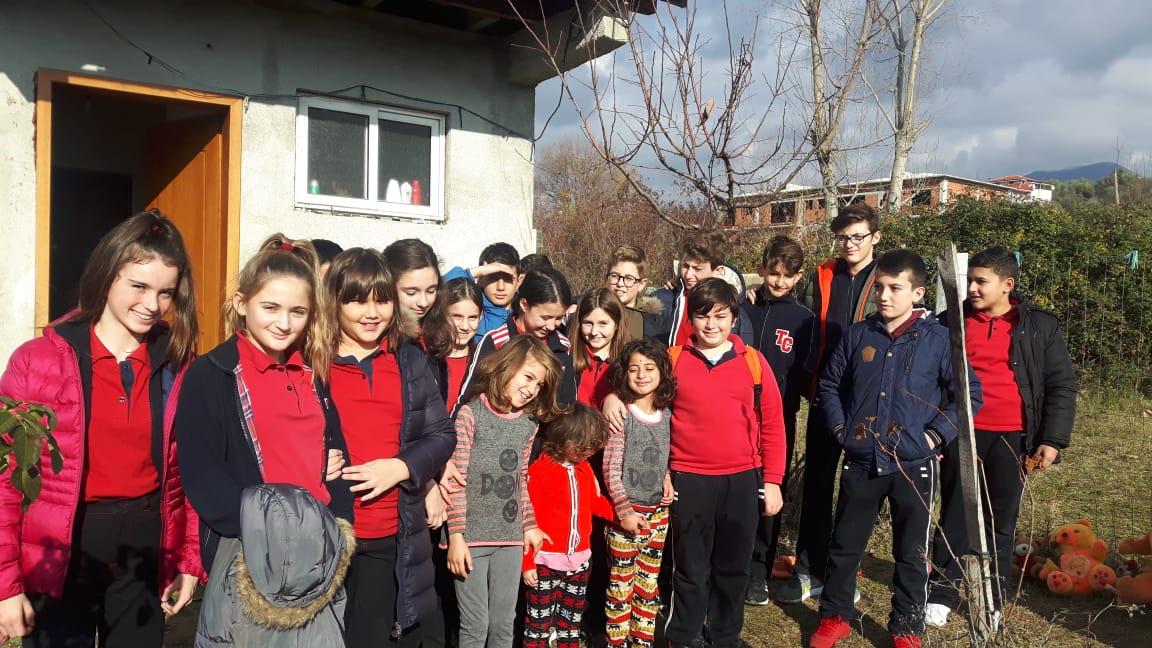 Klasa e 6D dhuron ndihma për familjet në nevojë në Babrru e Paskuqan